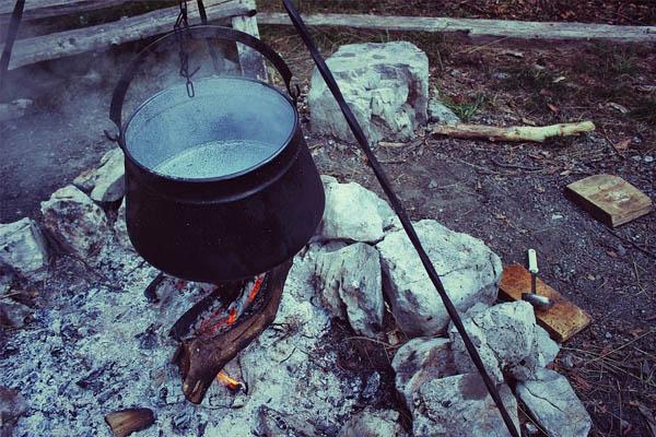 Ein alter Kochkessel über dem Feuer
